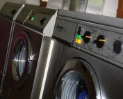 Sanitärgebäude mit Waschmaschinen und Trockner