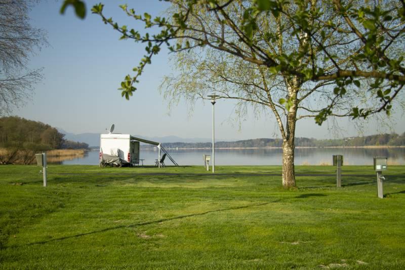 Komfortstellplatz mit Aussicht auf den See