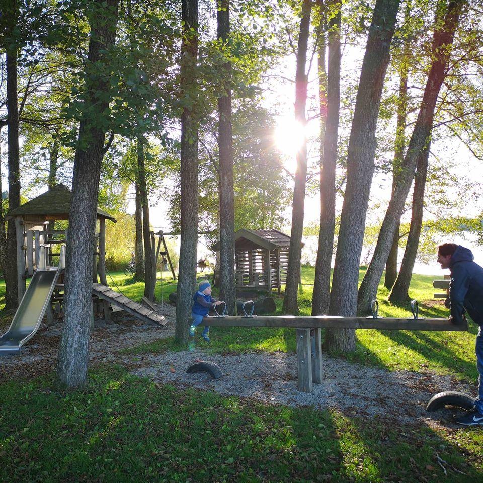 Spielplatz im Sonnenuntergang am Campingplatz Stein am Simssee